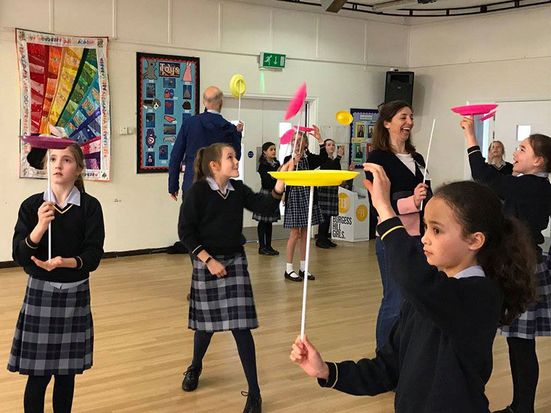 Plate-spinning-workshop-at-primary-school-with-TK-Arts